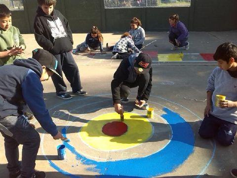 Los chicos de los CDC pintan sus propios juegos.