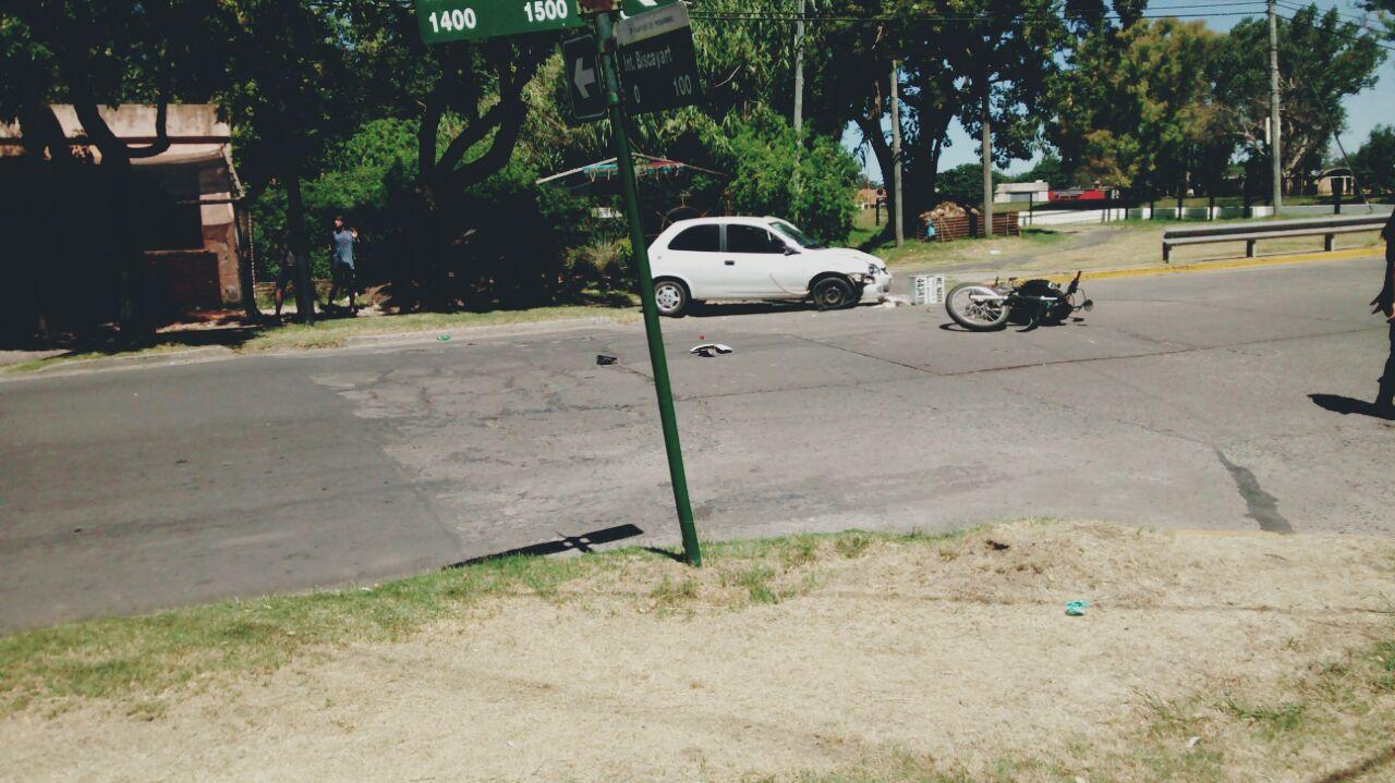 En horas de la tarde de este lunes 12 de febrero, un auto con dos motos protagonizaron un accidente sobre Rocha, dificultando el tránsito en la zona. Efectivos policiales trabajaron en el lugar y los heridos debieron ser trasladados al Hospital.