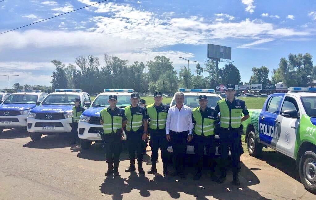 El intendente Javier Martínez, junto a agentes del Partido de Pergamino, recibió cinco móviles para reforzar la flota del Comando de Patrulla de nuestra ciudad. Se trata de nuevas camionetas Toyota Hilux 0km tracción 4×4 entregadas por el Gobierno Provincial.
