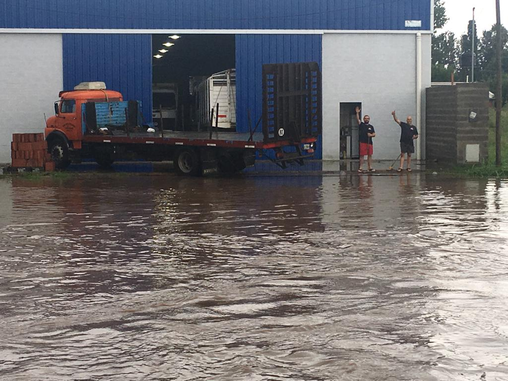 En la madrugada del miércoles 30 de enero se desató una tormenta en Pergamino que provocó la crecida del arroyo, dejó barrios bajo el agua y el anegamiento temporario de calles. La situación, según los organismos oficiales, está controlada.
