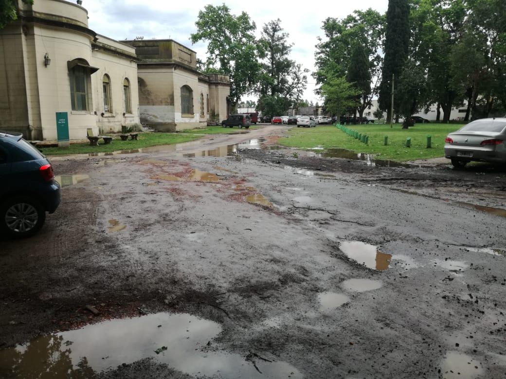 El clima dejó en evidencia el estado de abandono en el Hospital Interzonal San José. Es que después de cada lluvia, el ingreso a la zona de pabellones se torna intransitable.