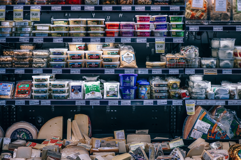 Es una medida que está ampliamente inspirada en el caso de Chile, uno de los países de la región con más obesos y ciudadanos con sobrepeso. En el vecino país los alimentos que contienen altas cantidades de sodio, o azúcares, así como grasas saturadas, tienen una etiqueta muy visible en color negro que aclara que ese producto contiene más de lo permitido de esos productos.