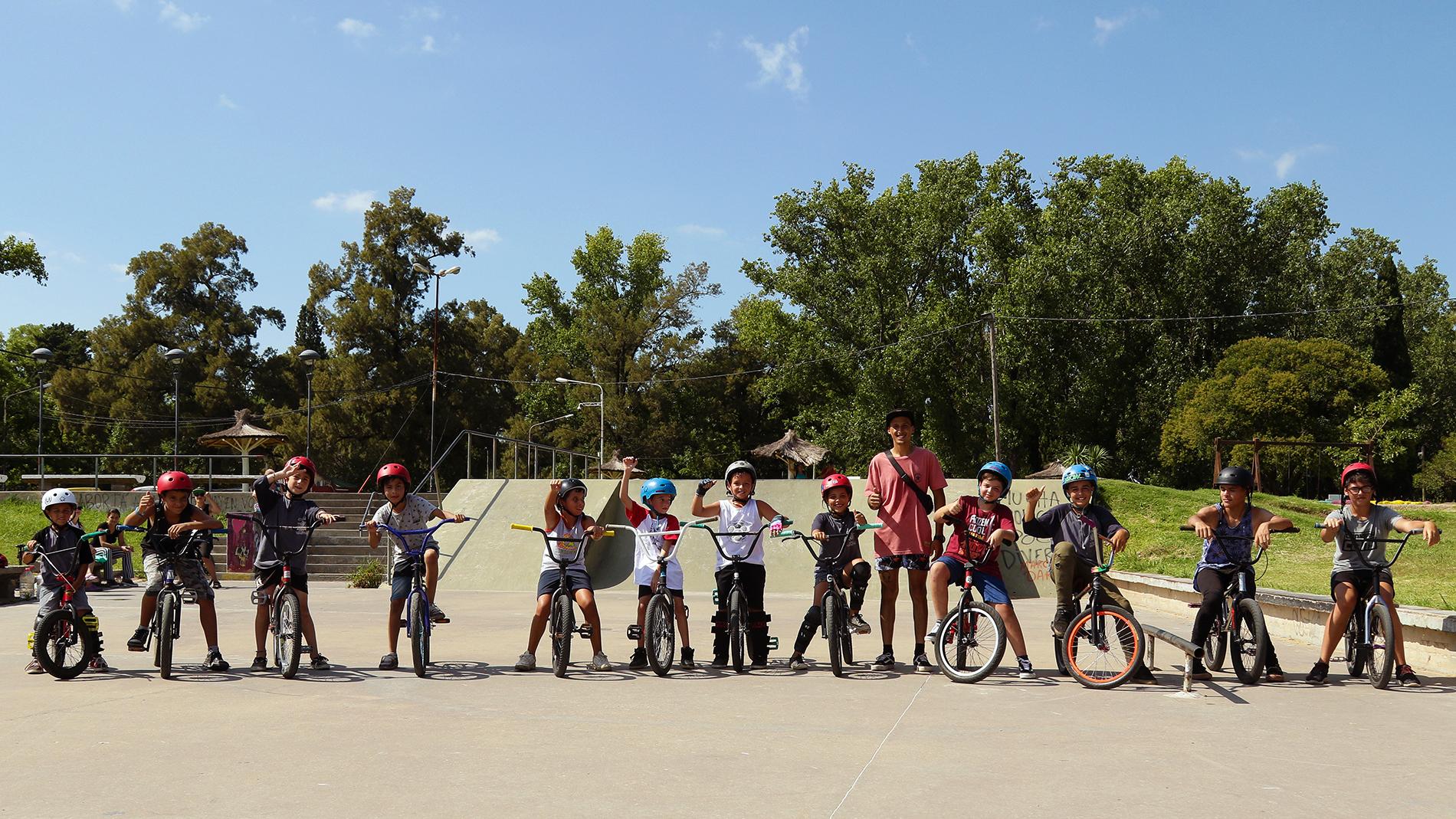 Si bien la Escuela Municipal de BMX funciona todo el año en el Bike Park del Parque General San Martín, en verano las clases se llevan a cabo todos los martes de 9 a 10.30 horas.