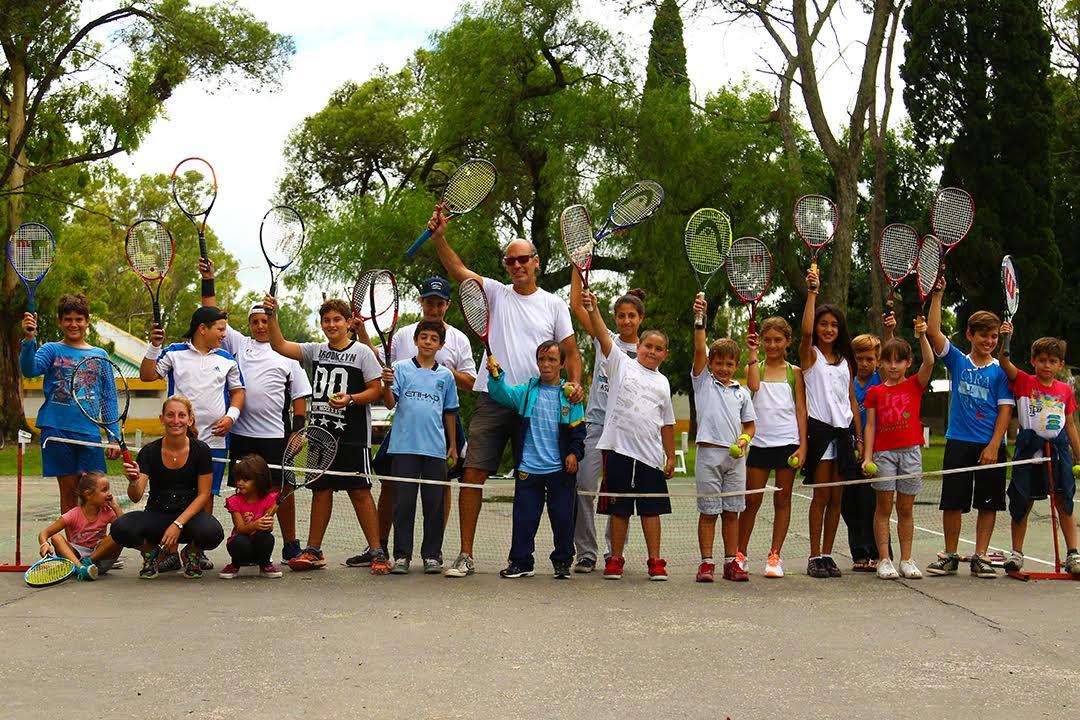 Luego de un 2016 donde la Escuela Municipal de Tenis tuvo una intensa actividad deportiva que superó ampliamente las expectativas de autoridades y profesores, la Subsecretaría de Deportes organizó una jornada interclubes para este viernes 17 de febrero.