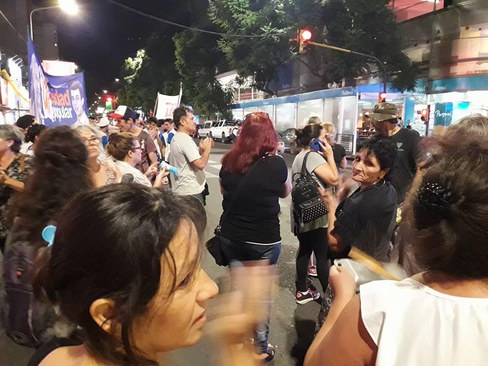 En la tarde-noche del miércoles se hizo ruido en pleno centro de la ciudad. Los vecinos se juntaron para hacerse escuchar y demostrar el malestar con los aumentos de las tarifas y así reafirmaron la necesidad de la emergencia.