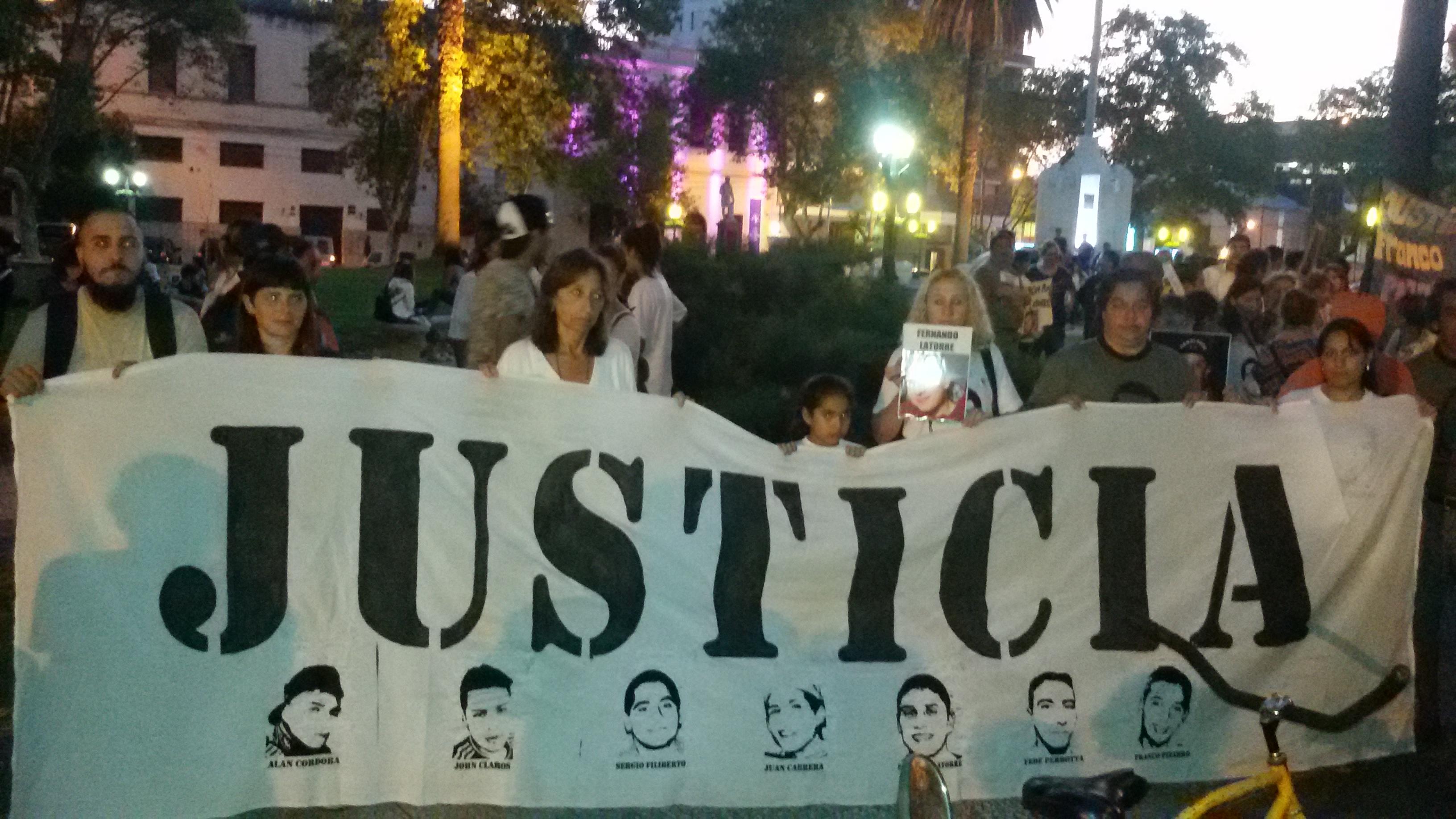 Los familiares de los siete detenidos fallecidos emitieron un comunicado luego de la marcha realizada el último viernes en apoyo a los cinco policías detenido.