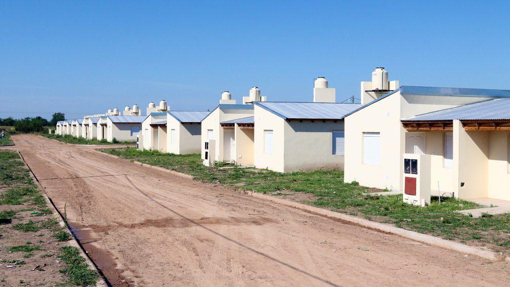 El barrio inaugurado en enero continúa con inconvenientes. Las primeras familias ya se mudaron y están sufriendo hechos de inseguridad. Los vecinos reclaman por iluminación y mayor patrullaje.