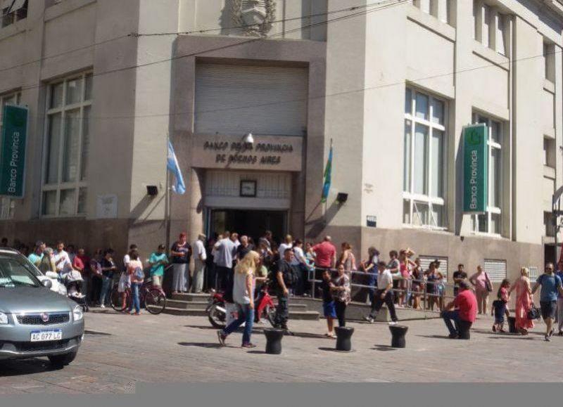 El aumento obtenido por La Bancaria del 12 % sólo fue firmado para el sector privado. Banco Nación, Provincia y Ciudad en Capital fueron excluidos. Hasta el momento no se llegó al paro por la conciliación obligatoria dictada la semana pasada.