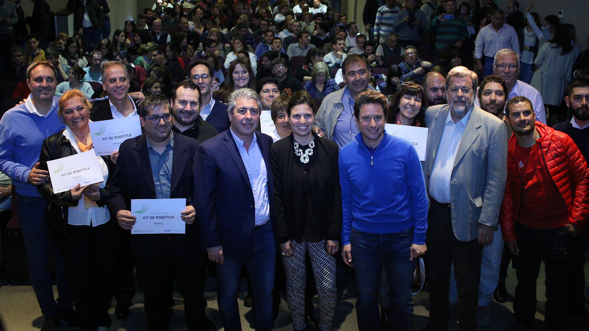 La sala del Teatro Municipal Unión Ferroviaria se colmó de personas que asistieron a la entrega de las impresoras 3D y kits de robótica a instituciones educativas del Partido de Pergamino por parte de la Dirección General de Cultura y Educación de la Provincia.