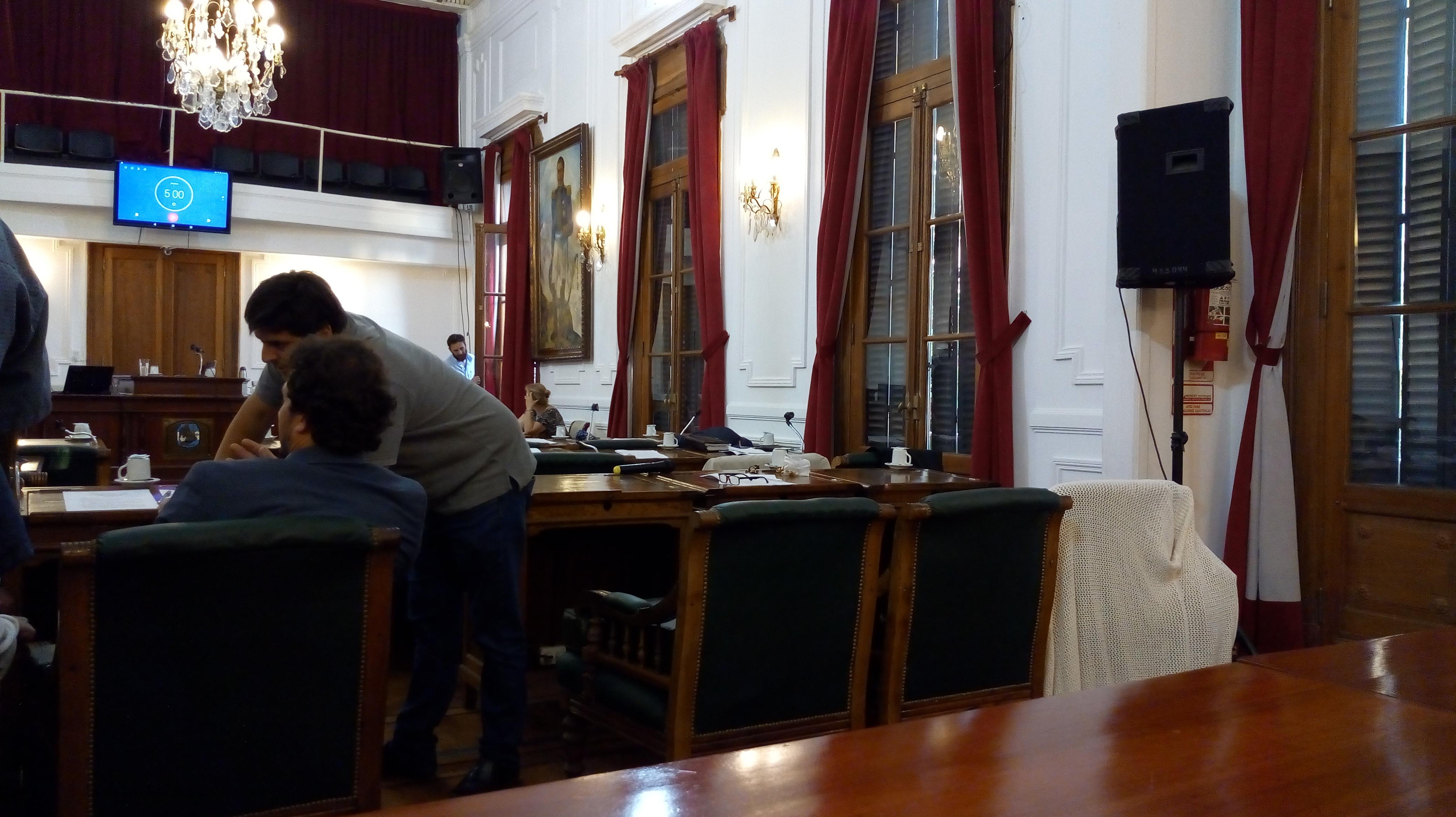 En la última reunión del Concejo Deliberante, el bloque oficialista se levantó cuando la sesión estaba punto de comenzar. El desconcierto se vivió en todo el recinto hasta que los ediles opositores supieron luego que el motivo era el proyecto de zonificación.