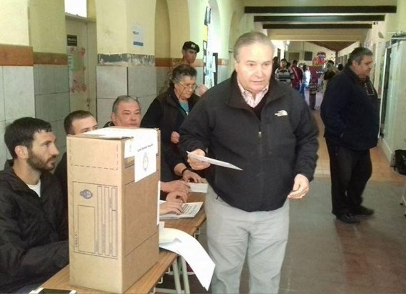 (De nuestros corresponsales en Salto) El intendente municipal de Salto, Ricardo José Alessandro, votó en la mesa 3 de la Escuela Nº 7, ubicada en la intersección de Hipólito Irigoyen y San Juan.