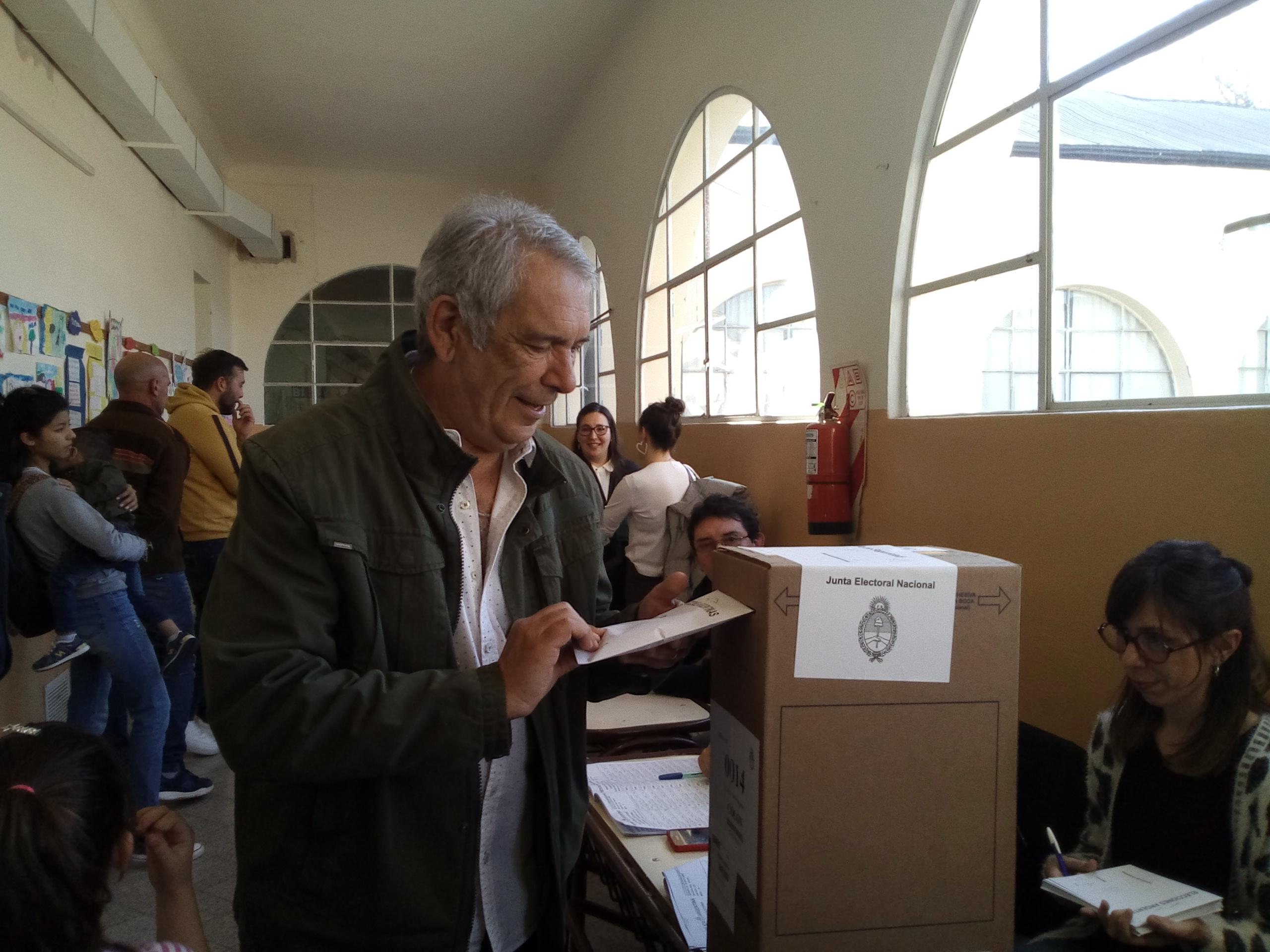 El actual intendente de Colón y precandidato a la reelección por el Frente de Todos, Ricardo Casi, emitió su voto en la Escuela Nº 1 en la mesa 14, cerca de las 15 horas de este domingo.