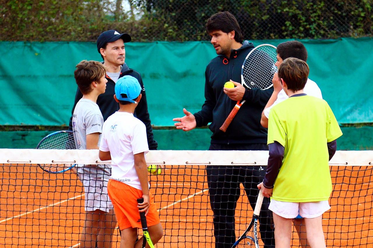 Este miércoles 9 de agosto estuvo presente en nuestra ciudad el reconocido extenista profesional Guillermo 'Mago' Coria, quien brindó una clínica de tenis para jugadores federados y niños que concurren a las escuelitas de tenis de nuestra ciudad.