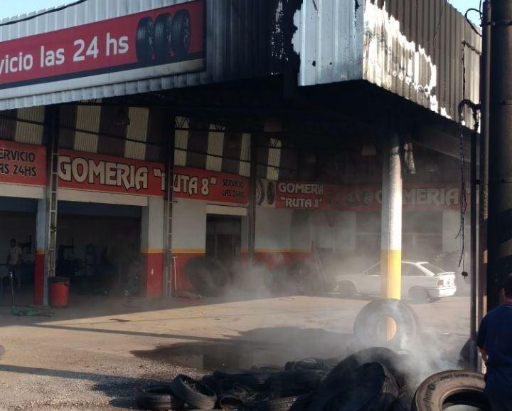 """Este domingo 21 de enero se cortó un cable de la Cooperativa Eléctrica en Illia y Ruta 8, lo que provocó un incendio en la Gomería """"Ruta 8""""."""