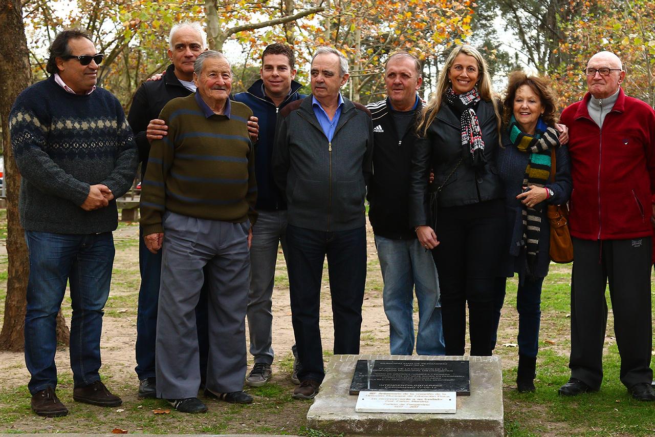 Este viernes se realizó el descubrimiento de la placa en honor a los 80°Aniversario de la Dirección Municipal de Educación Física y en reconocimiento a su fundador Profesor Carlos Mondría en la Plaza Miguel Dávila de Pergamino.