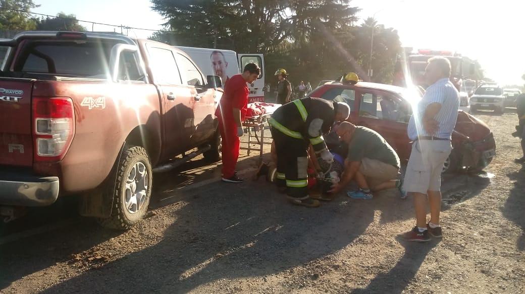 Un grave accidente se dio en la Ruta 8 en la intersección con la calle Arostegui, en barrio Villa Sanguinetti de Arrecifes. El siniestro se dio entre un Fiat Palio color rojo y una camioneta Ford Ranger, alrededor de las 5 de la tarde de este miércoles.