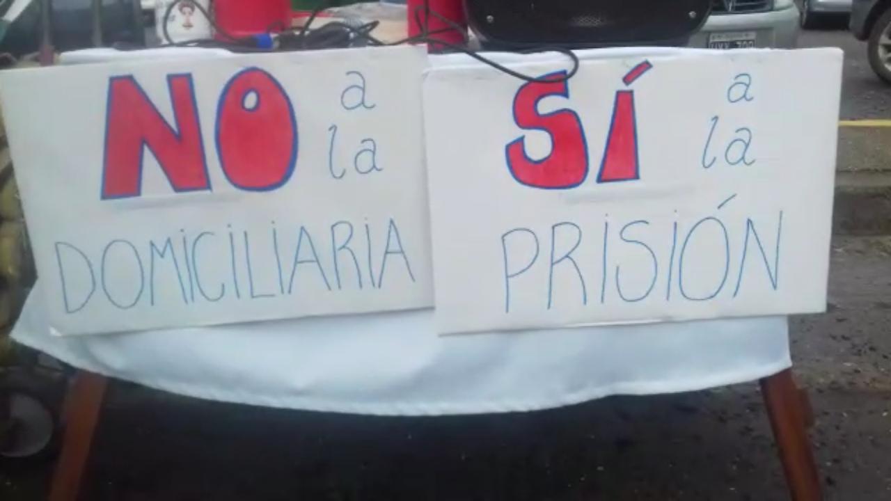 Los familiares de los siete detenidos fallecidos en la Comisaría Primera continúan con la protesta por el beneficio de prisión domiciliaria otorgado a los cinco efectivos de la policía encausados.