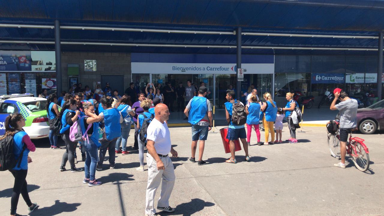 """La agrupación Barrios de Pie entregó este miércoles 21 de noviembre petitorios en diferentes supermercados de la ciudad, pidiendo donaciones ya que no dan abasto """"con la demanda"""" social."""