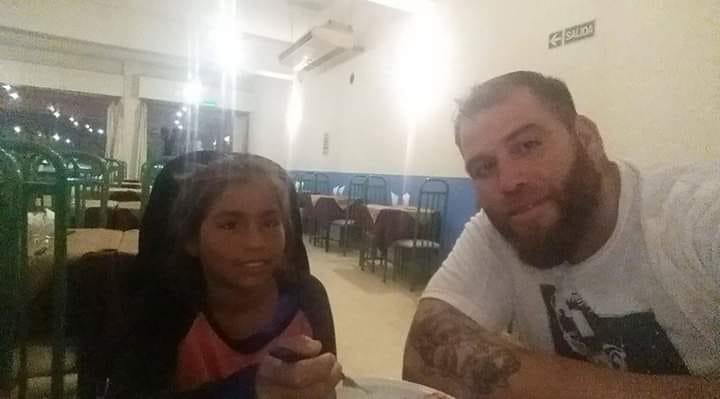 El hecho ocurrió el primer fin de semana de marzo, cuando Pablo Giménez festejaba el cumpleaños de su hija e invitó a una nena se encontraba pidiendo comida. Los dueños del restaurante le dijeron que no se podía quedar, por su vestimenta.
