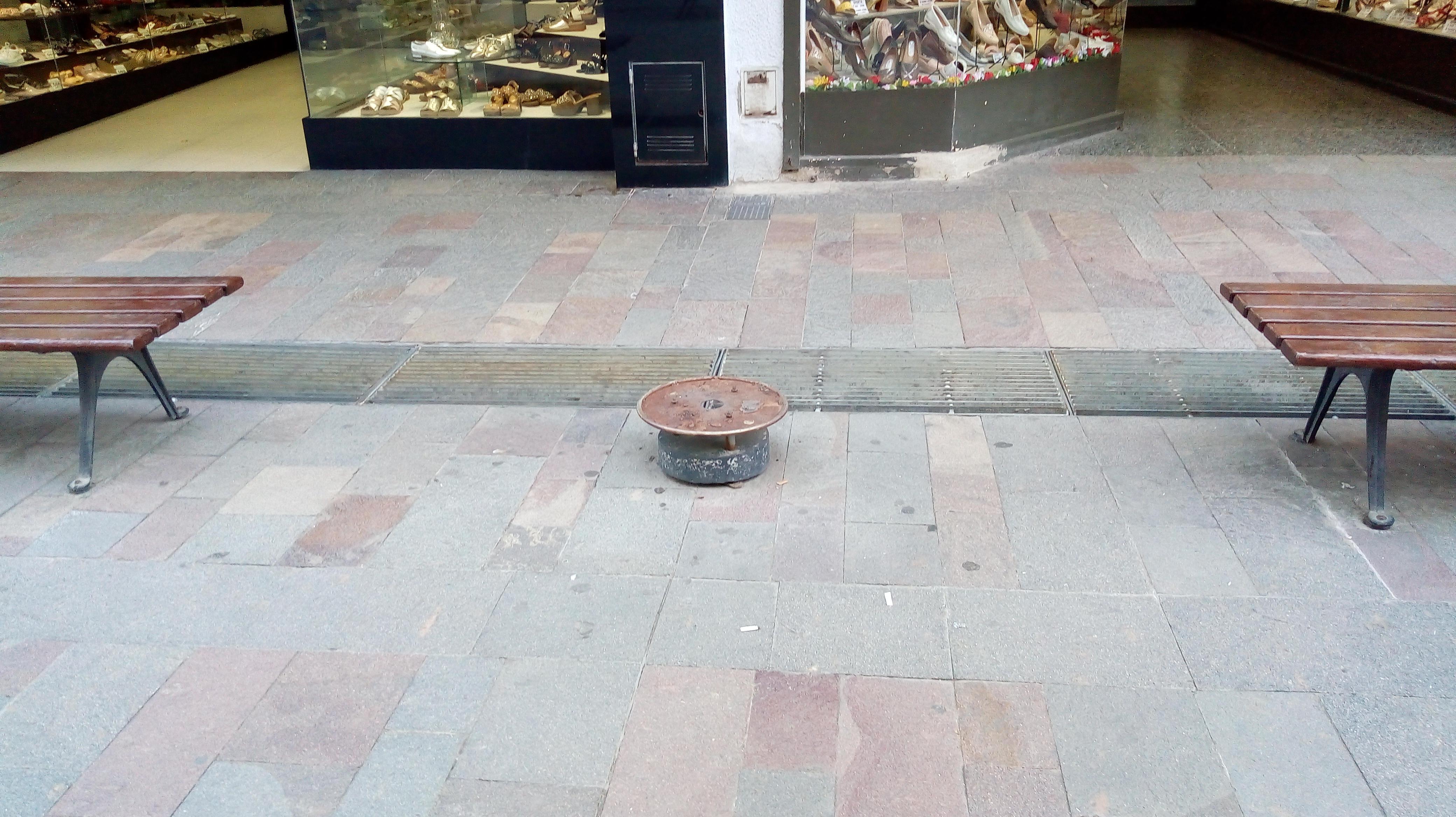 En las últimas semanas retiraron los tachos de basuras de la peatonal. Quienes deseen desechar algún residuo no podrán hacerlos si caminan por el centro de la ciudad. Ahora los papeles van al piso o lo tendrán que llevar hasta los hogares.