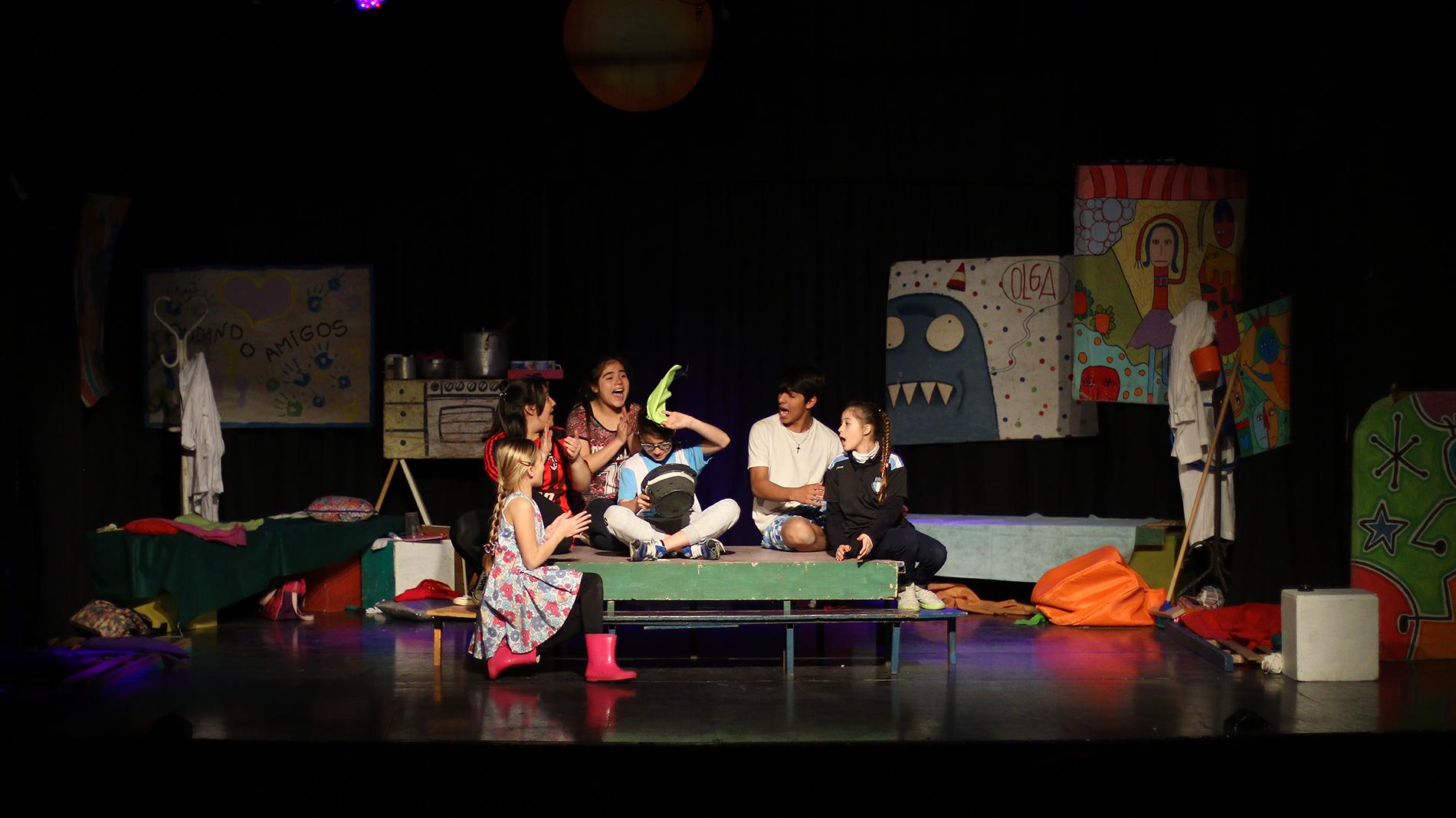 En el marco del Día del Niño, Escuelas Primarias y Jardines de Infantes de Pergamino visitaron el Teatro Unión para disfrutar gratuitamente de una obra de teatro infantil. La propuesta busca democratizar el acceso a la cultura.