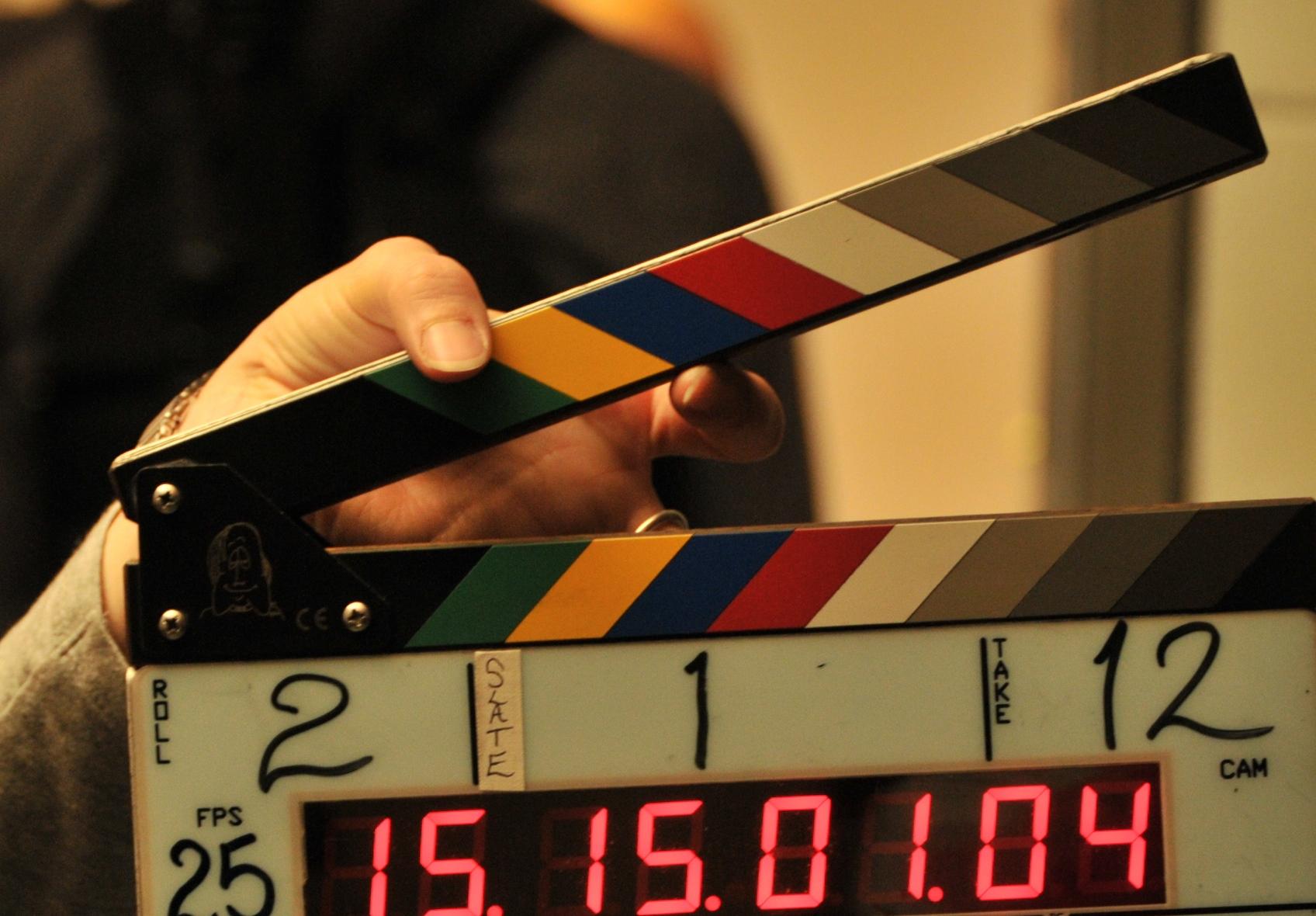 """La Subsecretaría de Cultura presentó el Programa Municipal """"Pergamino: Set de Filmación"""". El objetivo general es insertar a la actividad audiovisual de la ciudad en el formato industrial. Primero se realizará una charla abierta e informativa, el 11 de mayo a las 14hs en el teatro Municipal Unión Ferroviaria, destinada profesionales que trabajan en la temática (directores, guionistas, camarógrafos, fotógrafos, actores, productores, etc.). Luego se llevará a cabo un relevamiento técnico y humano, donde se conocerán las propuestas, las actividades y las herramientas disponibles, y por último se creará una plataforma virtual donde todos estos datos estarán escritos en una importante base de datos local."""