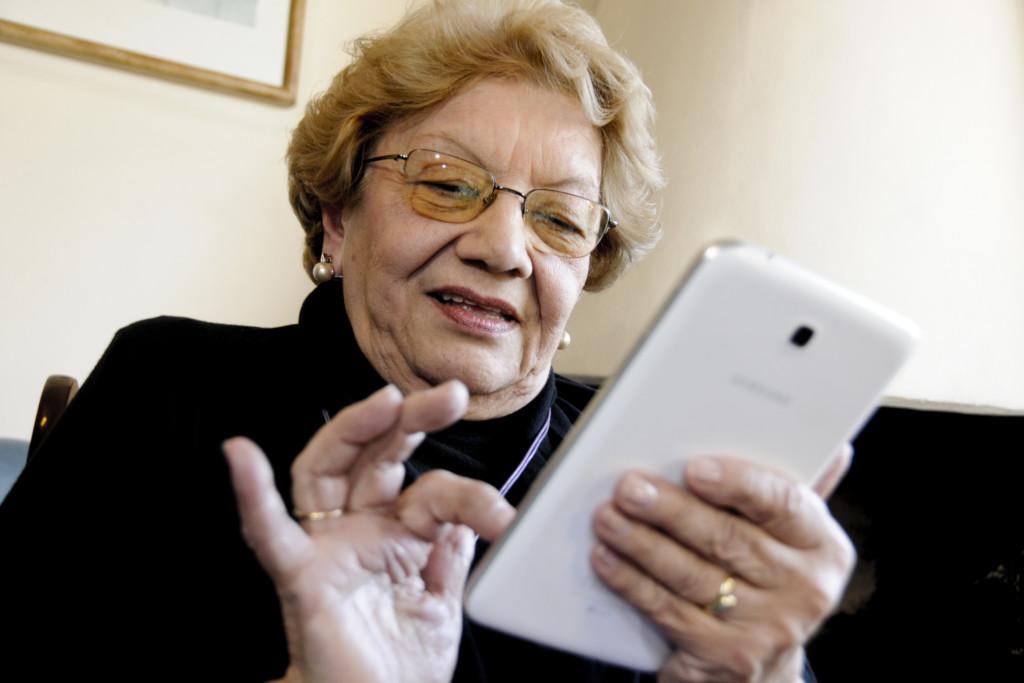 Los adultos mayores cada vez más están migrando al mundo de la tecnología, el cual les permite estar conectados, informarse y divertirse. Por esta razón, vuelve a dictarse el curso sobre manejo de celulares, alentando a aprender sin importar la edad.