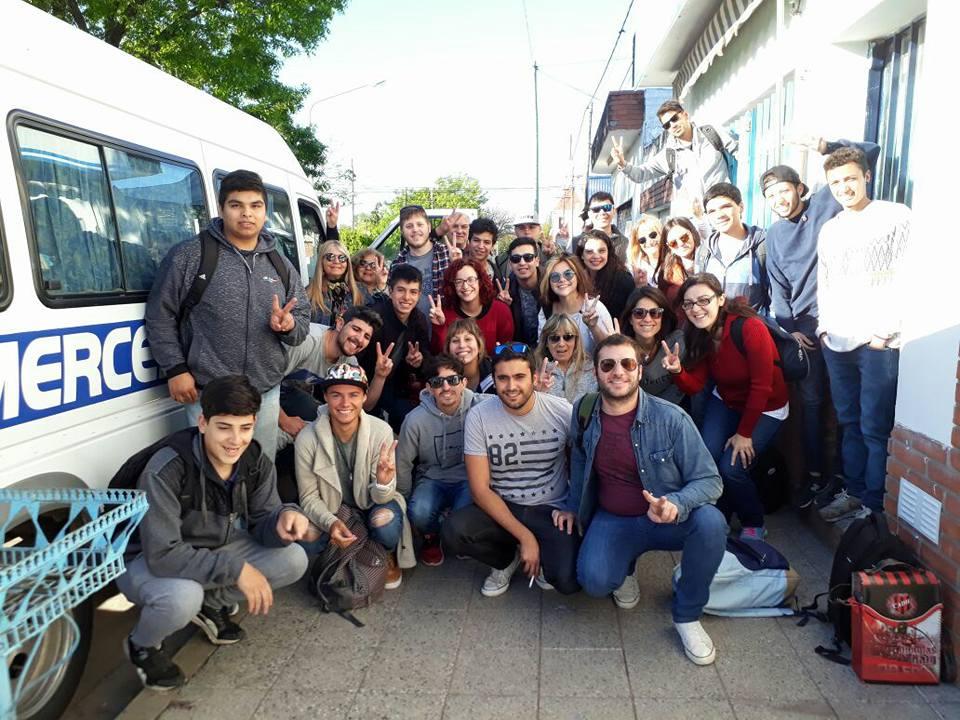 En la jornada de este lunes 16 de octubre, la expresidenta Cristina Fernández de Kirchner cerró su campaña en la cancha de Racing. Desde Pergamino viajó una delegación encabezada por Laura Clark, quien forma parte de la lista de Lisandro Bormioli.