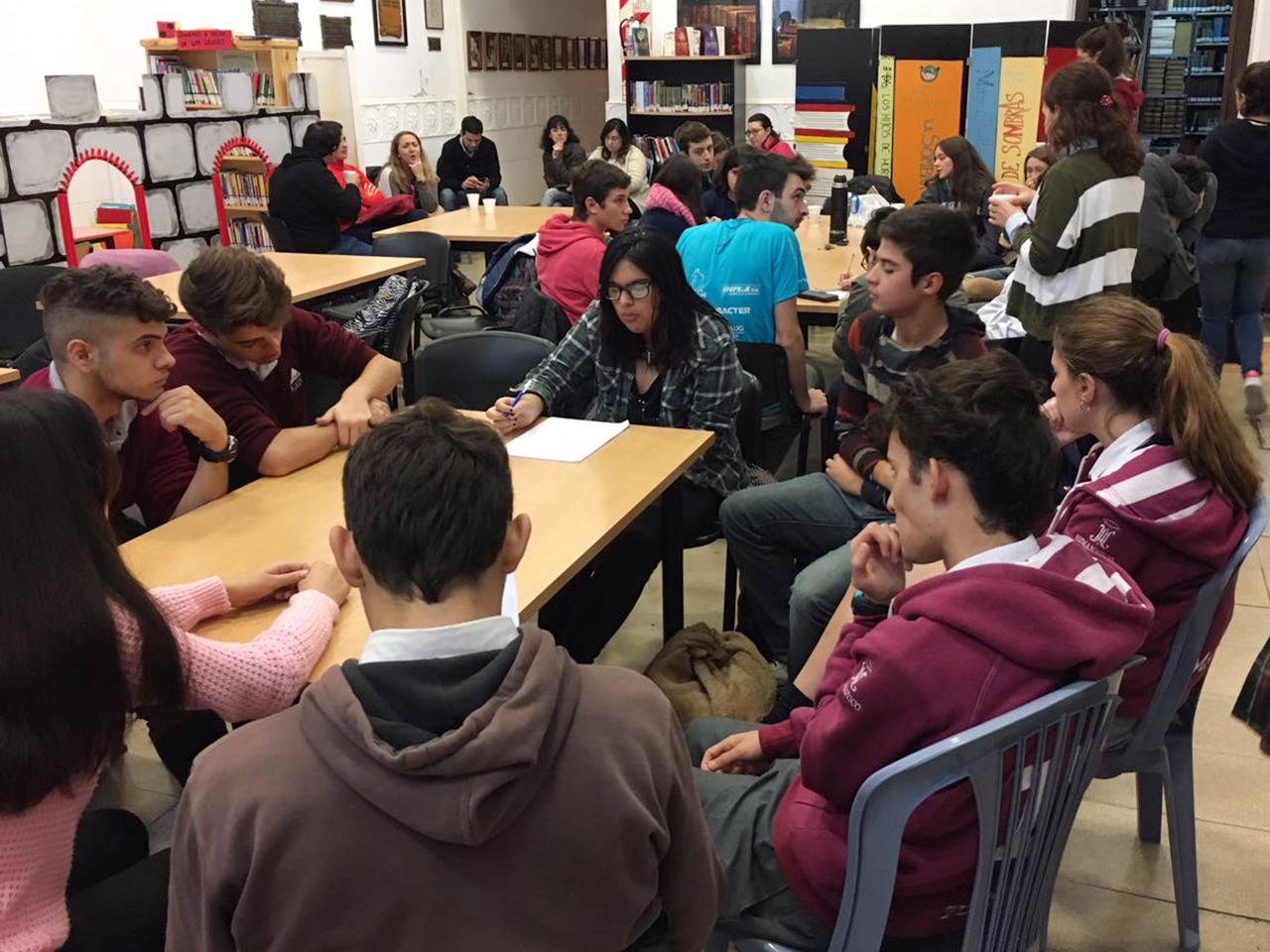 En el marco del Programa Municipal del Parlamento Estudiantil que lleva adelante la Dirección de Juventud, días atrás se llevó a cabo un encuentro en la Biblioteca Municipal Joaquín Menéndez que contó con una nutrida concurrencia de adolescentes del Partido de Pergamino.