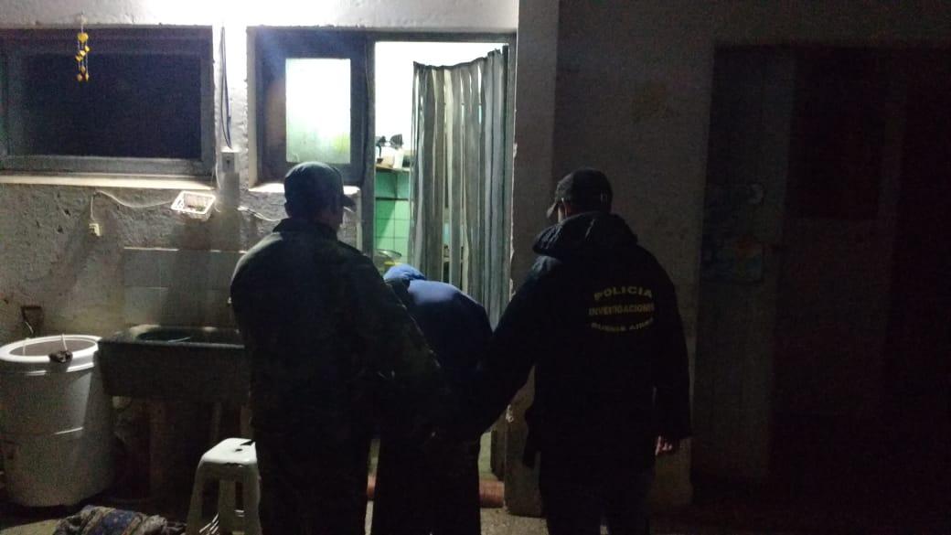 Dos hombres, hermanos entre sí, fueron detenidos por la Policía de la provincia de Buenos Aires, acusados de abusar sexualmente de una menor en el partido de Pergamino. La víctima es hija de uno de uno de ellos y consecuentemente, sobrina del otro.