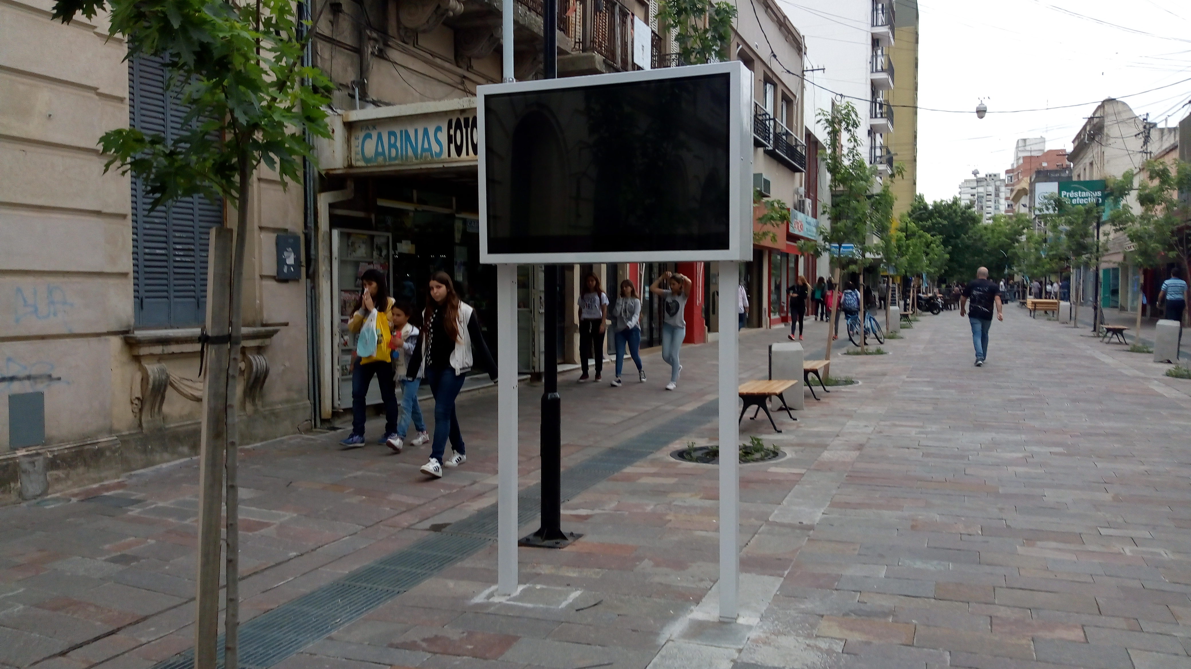 Comenzaron a funcionar las pantallas colocadas en la peatonal y las imágenes encendieron la polémica, hasta el momento se ven eventos que ocurrieron hacen meses. Para la oposición son pantallas para la campaña.