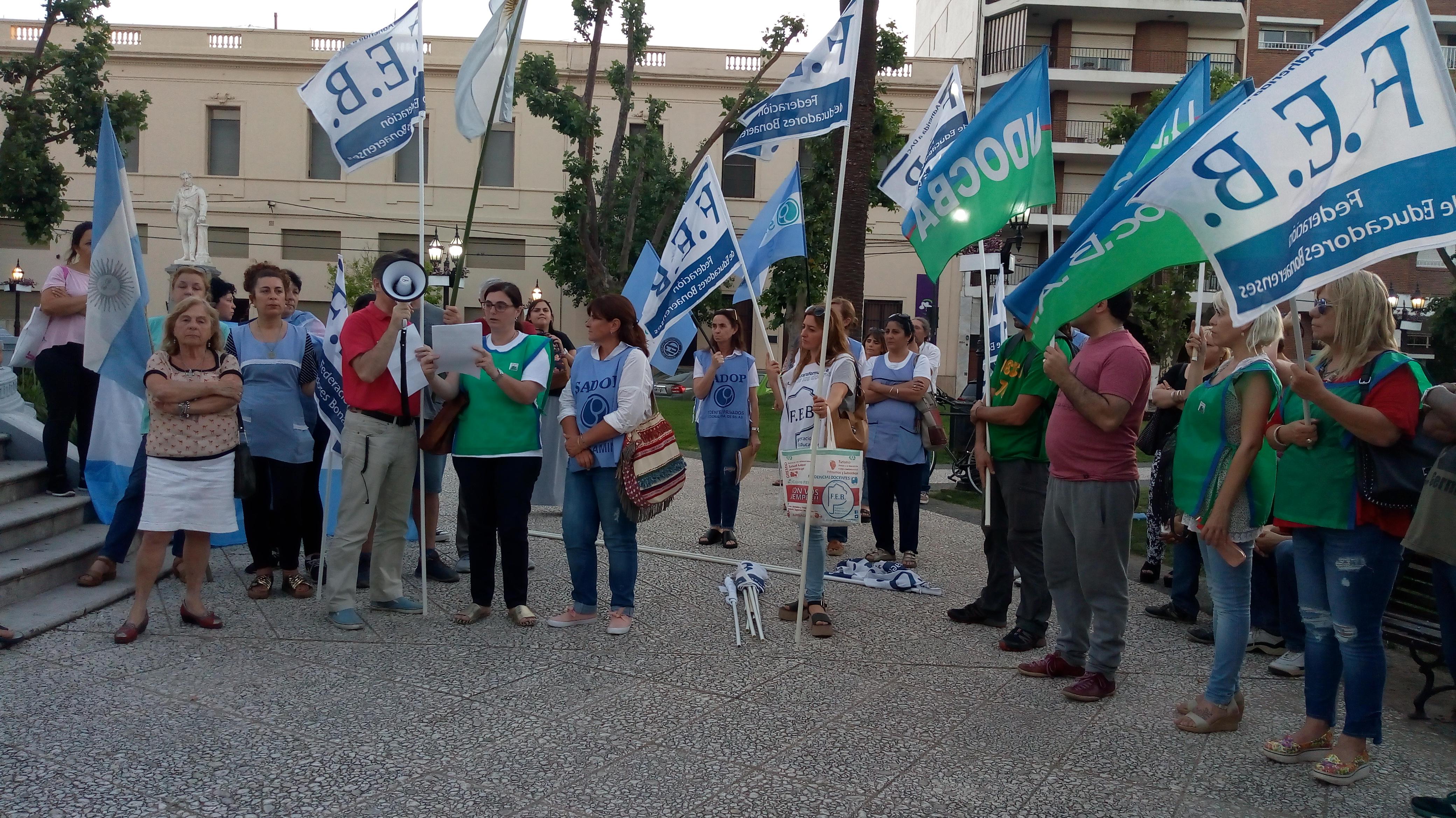 """En el anochecer del miércoles 21 de noviembre, docentes de diferentes gremios se juntaron en Plaza Merced en el marco de la jornada de protesta distrital. El lema fue """"la soberanía y a educación son derechos de nuestro pueblo"""""""