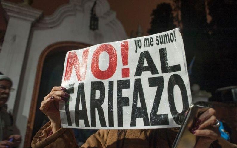 """La convocatoria se realizó a través de las redes sociales para este viernes 4 de enero a las 20 horas en Plaza Merced bajo el lema """"no al tarifazo"""". El reclamo fue organizado a nivel nacional."""