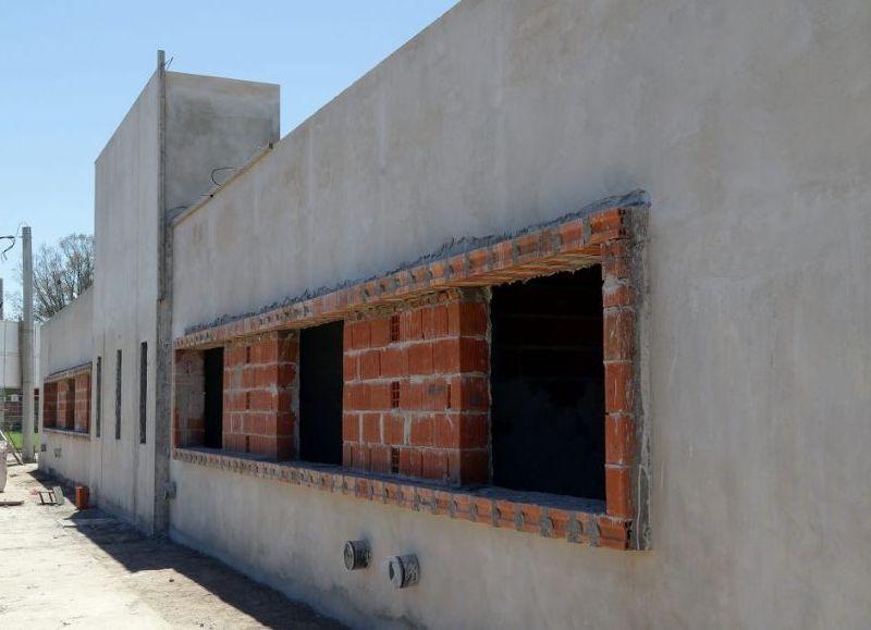 El edificio tendrá cinco consultorios, de los cuales dos serán especialmente para Odontología y Ginecología; Enfermería; Sanitarios; Sala de Espera y un Área Administrativa.