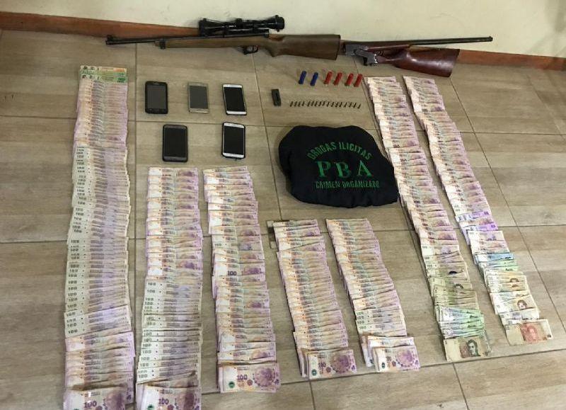 Entre los elementos incautados se hallan: dinero en efectivo, cocaína, marihuana y armas de fuego.