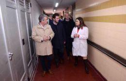 Meses atrás, el intendente Javier Martínez junto al ministro Andrés Scarsi recorriendo el hospital que no tiene insumos para atender a los vecinos.