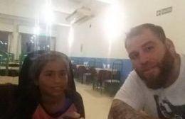 Pablo Giménez junto a la niña discriminada.