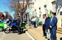 El intendente, Ricardo Alessandro, y el titular de la cartera de Seguridad del gobierno bonaerense, Cristian Ritondo, entregaron tres patrulleros y dos motos a la Policía comunal.