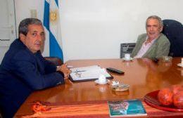 El licenciado Walter Valle y el jefe comunal Ricardo Casi.