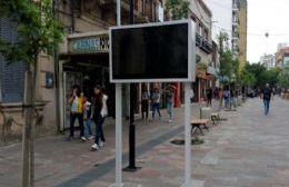 Las pantallas en la peatonal encendieron la polémica.
