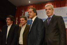 El gobernador y candidato presidencial Daniel Scioli, junto a Juli�n Dom�nguez durante un acto con la Pastoral Social en Mar del Plata